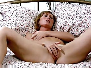 Thick Arsed Cougar Cheyanne Gives Her Sweet Vag A Rubdown
